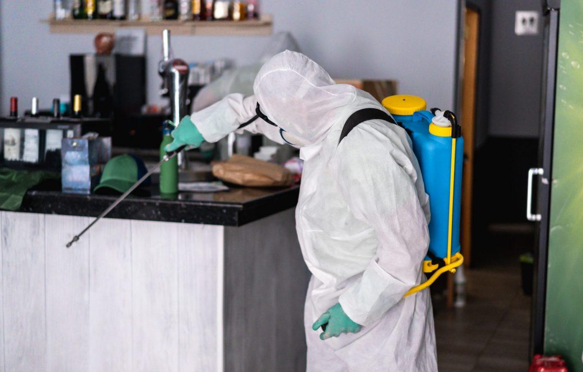 Limpieza de establecimientos de hostelería por coronavirus en Sevilla